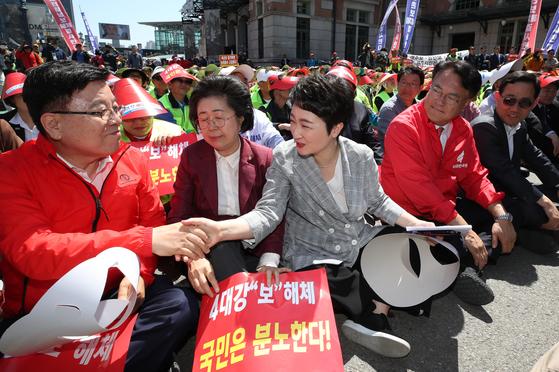 무소속 이언주 의원(앞줄 가운데)이 2일 오후 서울역 광장에서 '4대강 국민연합' 주최로 열린 '4대강 보 해체 반대 대(對)정부 투쟁 제1차 범국민대회'에 참석, 자유한국당 의원들과 한자리에 앉아 인사를 나누고 있다. [연합뉴스]