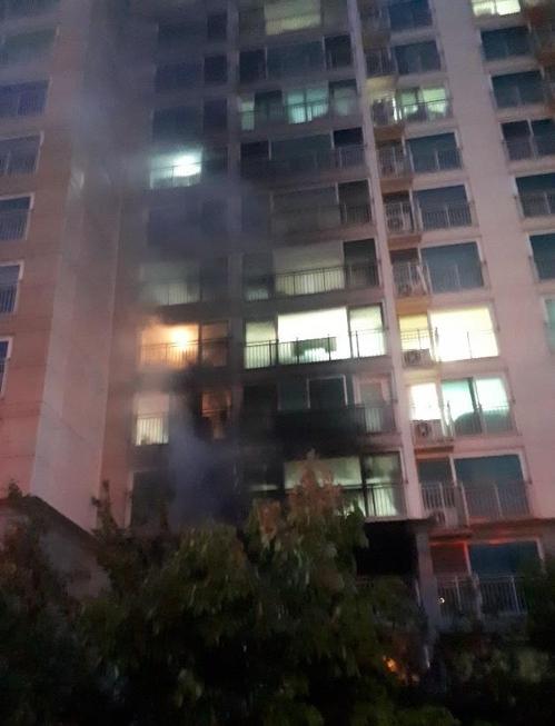 2일 오전 4시쯤 충북 청주시 서원구의 한 아파트에서 불이나 1명이 숨지고 92명이 연기를 흡입했다. [연합뉴스]