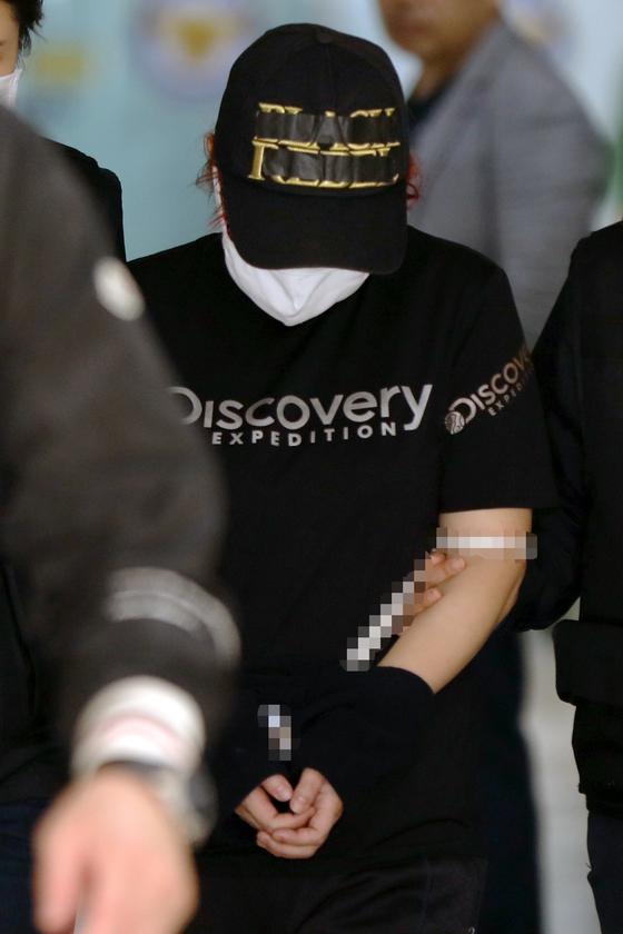 재혼한 남편 김모(31)씨와 공모해 중학생 딸(13)을 살해하고 시신을 유기한 혐의를 받는 친모 유모(39)씨가 2일 구속 전 피의자 심문(영장실질심사)을 받기 위해 광주지법으로 압송되고 있다. [뉴스1]