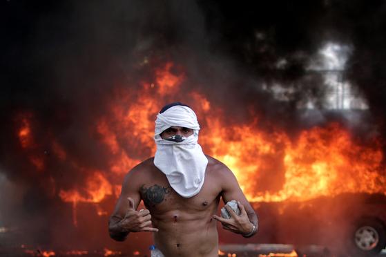 30일 반정부시위를 벌이고 있는 베네수엘라 시민. [로이터=연합뉴스]