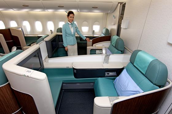다음달 1일부터 대한항공 국제 노선 70%에서 일등석이 사라진다. 사진은 대한항공 A380. [중앙포토]