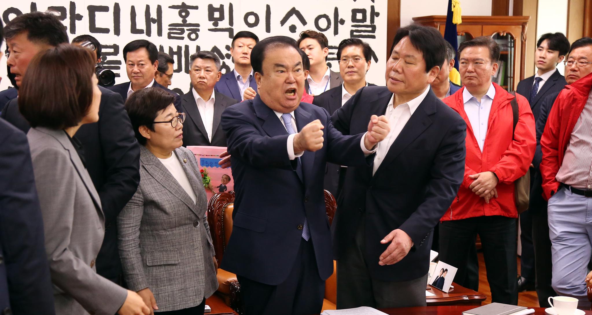 문희상 국회의장이 지난달 24일 서울 여의도 국회의장실에서 여야 4당의 패스트트랙 지정에 반발한 자유한국당 의원들의 항의방문에 언성을 높이고 있다. [뉴스1]