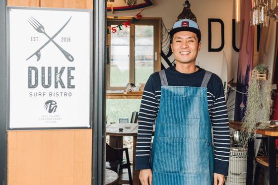 호주 유학 중 우연히 접한 서핑에 반해 직업도 바꾸고 제주도에 서퍼들을 위한 식당을 열어 정착한 양진성 대표. [사진 양진성]