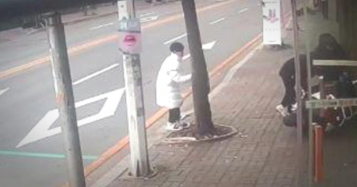 피의자 20대 남성이 수리비를 얻기 위해 오토바이를 고의로 넘어뜨리고 있는 모습이 CCTV에 찍혔다. [사진 원주경찰서]
