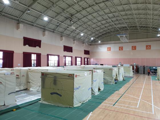 강원도 고성군 토성면 천진초교 체육관에 마련된 이재민 임시주거시설 모습. 박진호 기자