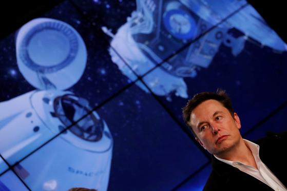 스페이스X의 최고경영자(CEO) 일론 머스크가 지난 3월 2일(현지시각) 크루드래곤 무인 시험 발사 당시 미국 플로리다주 케네디 우주센터에서 발사 상황을 지켜보고 있다. 이날 크루드래곤은 무사히 지상 400km 상공의 국제우주정거장(ISS) 도킹에 성공했지만 지난 20일 엔진연소시험에서 엔진결함으로 파괴, 유실됐다. [로이터=연합뉴스]