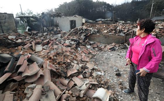 지난달 6일 오전 강원 고성군 토성면 용촌리 마을에서 한 주민이 산불로 모두 타버린 집을 바라보며 한숨을 쉬고 있다. [연합뉴스]
