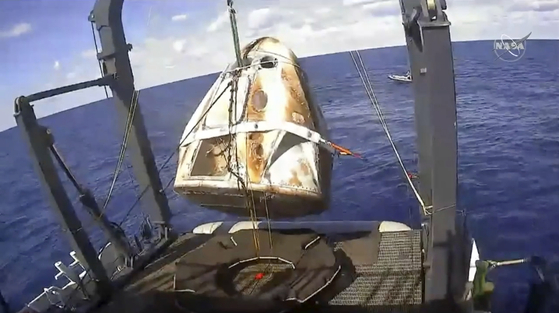 3월 8일(현지시각) ISS에 성공적으로 도킹했던 크루 드래곤이 지구 귀환에도 성공했다. 플로리다 인근 대서양에 떨어진 크루 드래곤을 바다에서 회수하는 모습. [AP=연합뉴스]