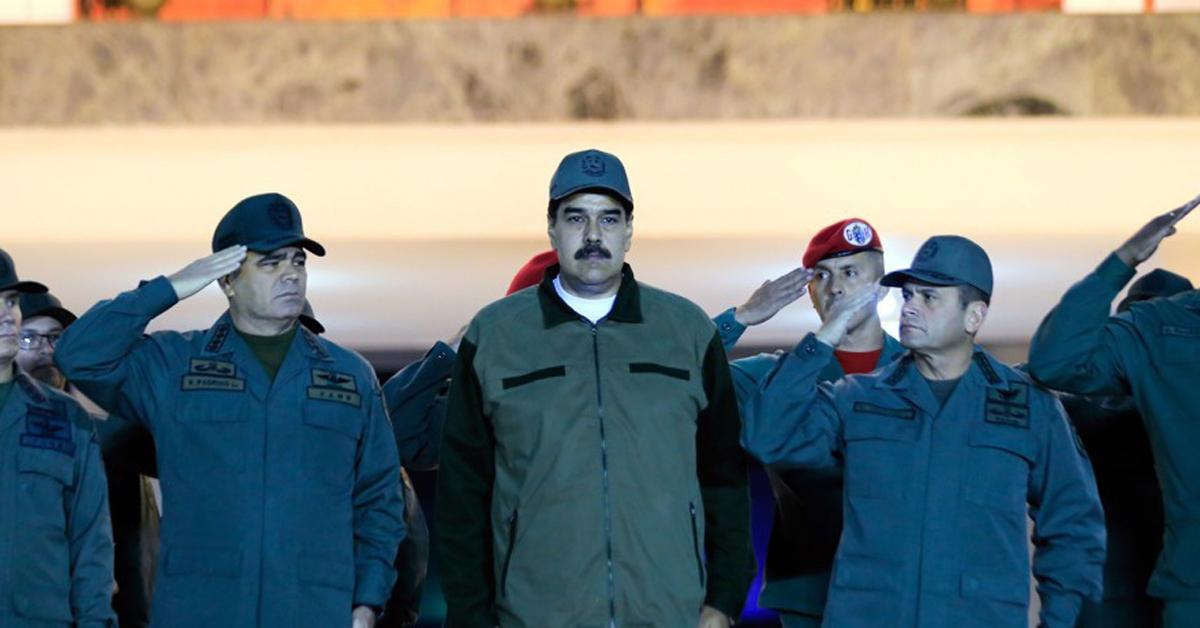 군 수뇌부의 경례를 받는 니콜라스 마두로(중앙) 베네수엘라 대통령 [EPA=연합뉴스]