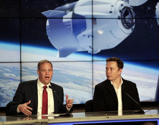 지난 3월 2일 짐 브라이든스틴 NASA 국장(왼쪽)이 크루 드래곤의 무인 시험 발사에 참석해 발언하고 있다. NASA는 크루 드래곤 계획을 위해 보잉과 스페이스X에 총 7조 9650억원의 거액을 투자했다. [AP=연합뉴스]