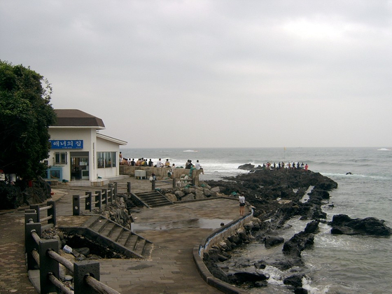 국내 최고의 서핑 포인트로 손꼽힌다는 제주도 중문 '해녀의 집' 근처 '듀크'. [사진 양진성]