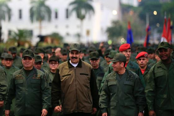 2일(현지시간) 니콜라스 마두로 베네수엘라 대통령이 군 기지 기념식에 참석해 군의 단결을 촉구하며 건재를 과시했다. [로이터=연합뉴스]