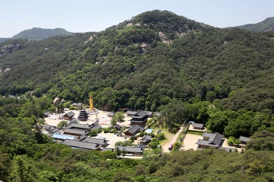 지난해 6월, 한국의 7개 사찰을 '산사, 한국의 산지승원'이란 이름으로 세계문화유산에 등재됐다. 사진은 충북 보은 법주사. [사진 산사 문화유산 등재 추진위원회]