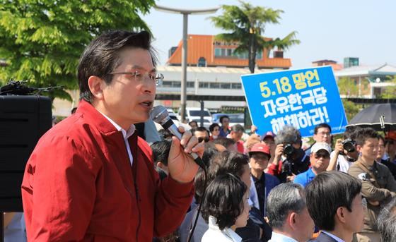 장외 투쟁에 본격 돌입한 황교안 자유한국당 대표가 3일 오후 전북 전주시 전주역 광장에서 '문재인 STOP! 전주 시민이 심판합니다' 규탄 대회를 하고 있다. 황 대표 뒤로 '5.18 망언 자유한국당 해체하라'라는 피켓이 보인다.[뉴스1]