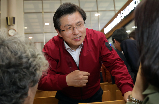 장외 투쟁에 본격 돌입한 황교안 자유한국당 대표가 3일 오후 전북 전주시 전주역에서 '문재인 STOP! 전주 시민이 심판합니다' 규탄 대회를 마친 뒤 대합실에서 관광객들과 이야기를 하고 있다.[뉴스1]