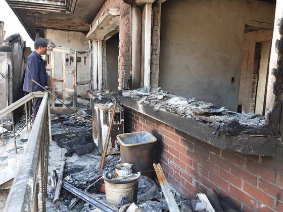 지난달 4일 발생한 고성 산불로 주택이 전소한 토성면 한 주민이 주택 내부를 살펴보고 있다. 박진호 기자