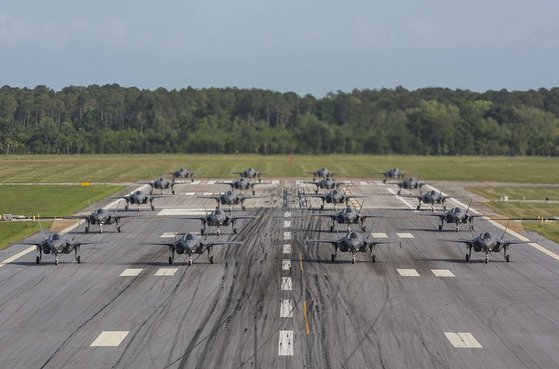 2019년 5월 1일(현지시간) 미국 사우스 캐롤라이나주 뷰퍼트 해병 비행기지에서 제501 해병 전투 공격 훈련 비행대대 소속 F-35B 20대가 '코끼리 걷기'를 하고 있다. [사진 미 해병대]