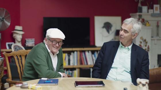 데이비드 호크니(왼쪽)와 마틴 게이포드(오른쪽). 마틴 게이포드는 평론가이자 작가, 큐레이터다. [사진 유튜브 영상 캡쳐]