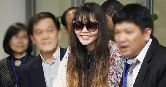김정남 살해 혐의로 말레이시아에서 징역형을 선고받고 2년 만에 출소한 베트남 여성 흐엉이 베트남으로 귀국했다. [EPA=연합뉴스]