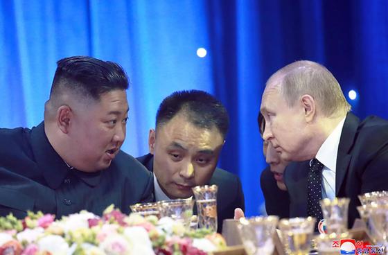 조선중앙통신은 지난달 26일 홈페이지에 전날 러시아 블라디보스토크 극동연방대에서 열린 북러정상회담 사진을 공개했다. 김정은 북한 국무위원장과 블라디미르 푸틴 러시아 대통령이 연회 도중 통역을 사이에 두고 대화를 나누고 있다. [연합뉴스]