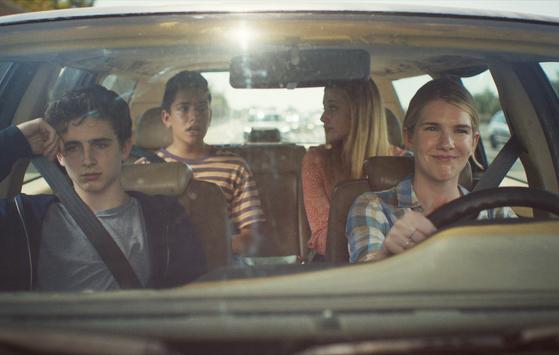 빌리(왼쪽)와 친구들(뒷쪽)이 연극대회에 참가하기 위해 스티븐스(오른쪽) 선생님 차를 타고 이동하고 있다. [사진 목요일 아침]