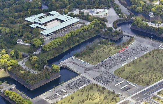 나루히토 새 일왕의 첫 대국민 인사행사인 '일반참하(一般参賀)'가 4일 도쿄 지요다구의 고쿄(일왕 거처)에서 열렸다. 일왕 즉위를 축하하기 위해 고쿄로 입장하려는 시민들이 줄을 서 있는 장면이 항공촬영에 포착됐다. 궁내청에 따르면 이날 방문자는 14만1130명을 기록했다. [로이터=연합뉴스]