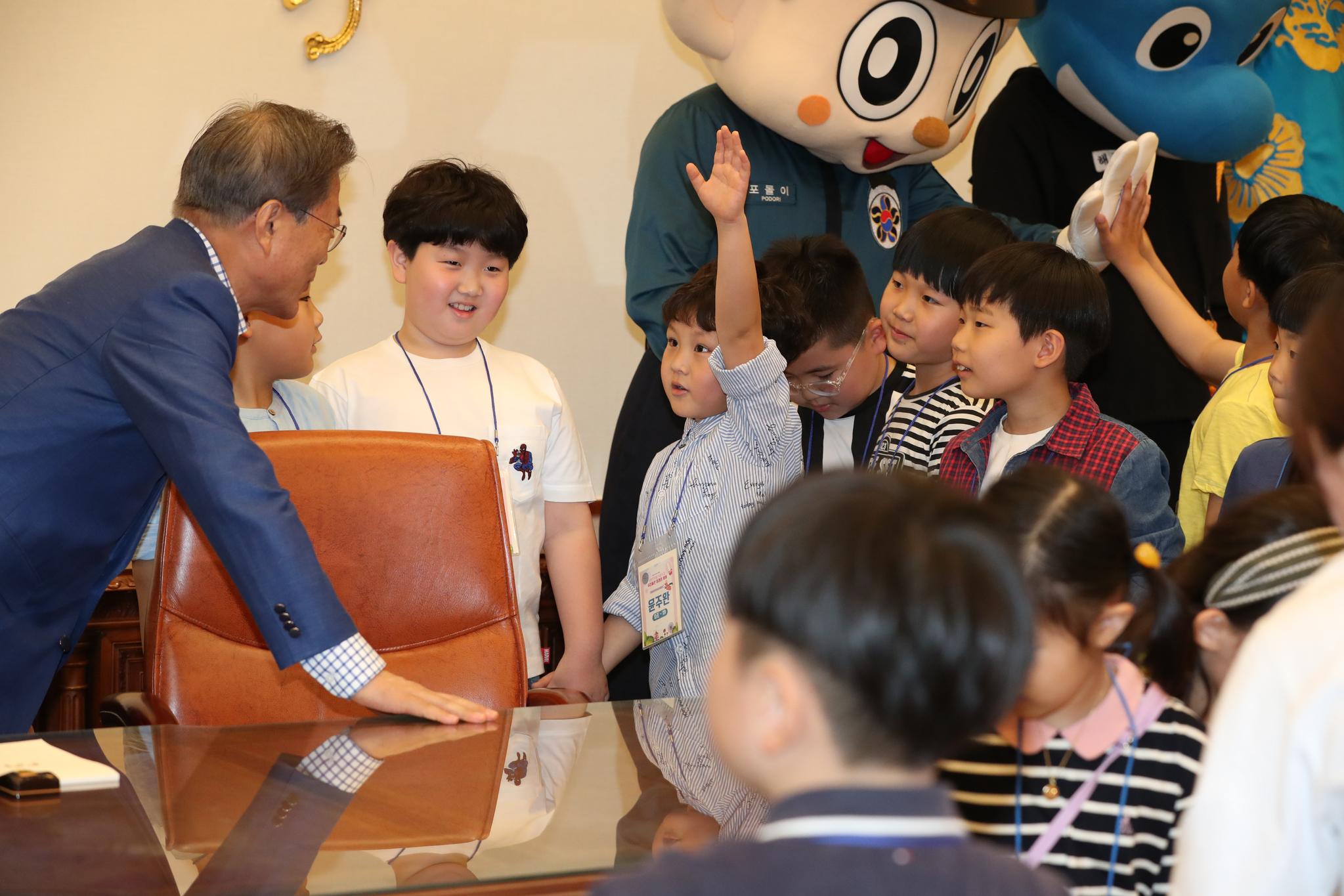 문재인 대통령이 5일 본관 집무실에서 어린이들과 대화하고 있다. 청와대사진기자단