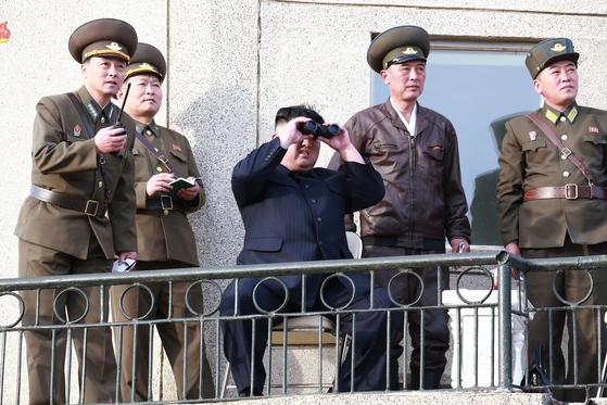 북한 김정은 국무위원장이 지난달 16일 공군 제1017군부대 전투비행사들의 비행훈련을 현지 지도했다고 조선중앙TV가 보도했다. [연합뉴스]