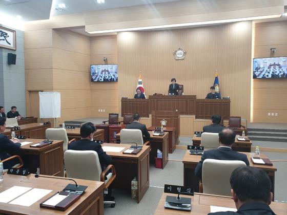 경북 예천군의회는 지난 2월 1일 본회의를 열어 해외연수 중 물의를 빚은 의원 2명을 제명했다. 예천=백경서 기자
