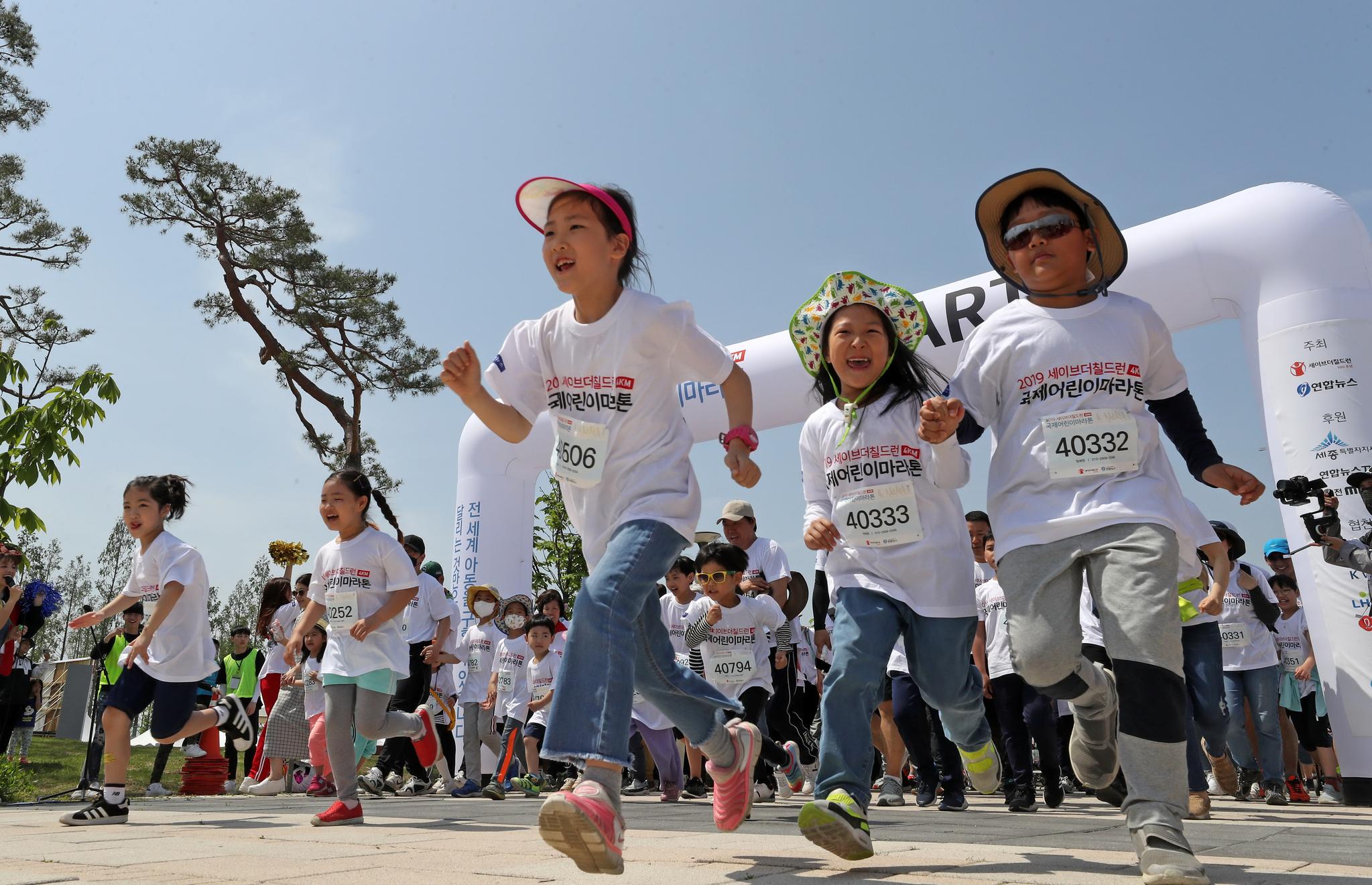 5일 세종시 세종호수공원에서 열린 2019 국제어린이마라톤 참가자들이 힘찬 출발을 하고 있다. 빈곤 아동들을 위한 이날 나눔행사는 국제아동 구호개발 비정부기구(NGO) 세이브더칠드런이 주최했다.[연합뉴스]