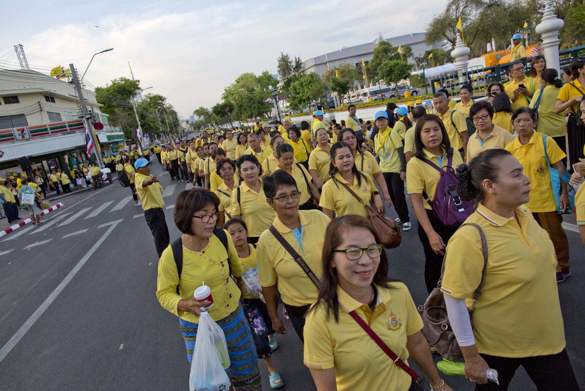 마하 와찌랄롱꼰(라마 10세) 태국 국왕 대관식 이틀째인 5일 오전 국왕의 가마행렬을 보려는 태국 국민들이 왕궁으로 향하고 있다. [AP=연합뉴스]
