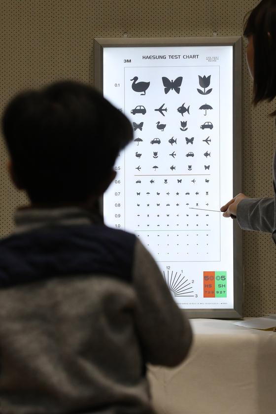 지난 2월 서울 서초구청에서 열린 '2019년 취학 전 어린이 건강마당'에서 예비 초등학생인 어린이가 시력검사를 하고 있다.[연합뉴스]