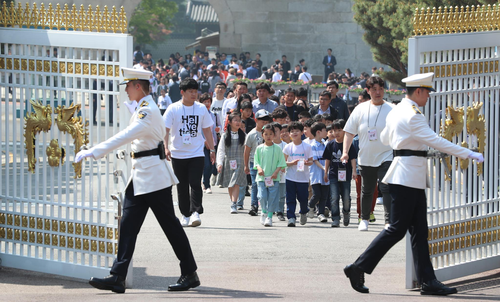 청와대에 초청된 어린이들이 5일 오전 정문으로 들어오고 있다. 청와대사진기자단