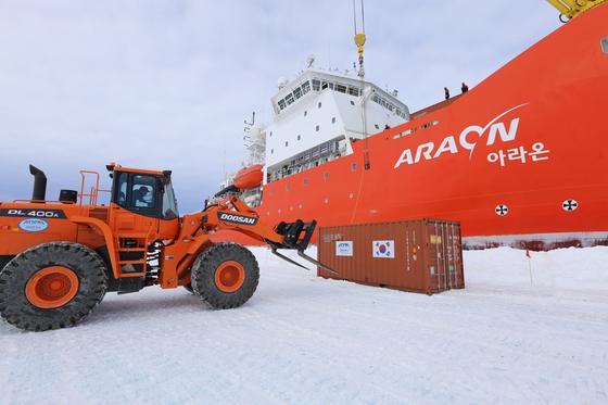 2017년 12월 한국 유일 쇄빙연구선 아라온호가 남극대륙이 장보고과학기지에 5차 월동대원들을 위한 화물을 내리고 있다. [사진 극지연구소]