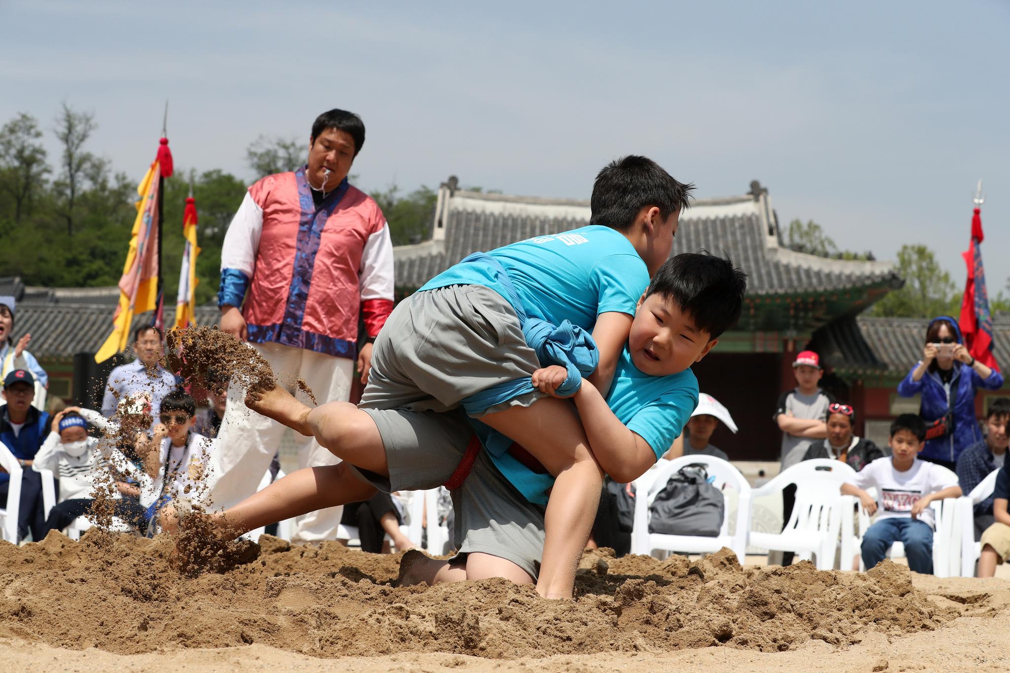 5일 서울 종로구 경희궁에서 열린 어린이 궁중문화축전에서 어린이 씨름대회에 참가한 어린이들이 씨름을 하고 있다. [뉴스1]