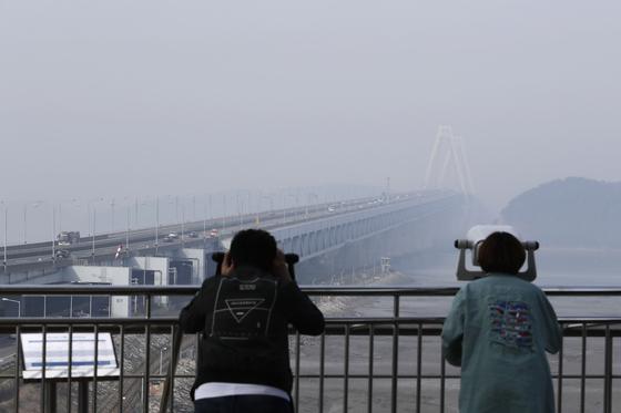 어린이날인 5일 인천 영종대교 일대가 미세먼지로 인해 뿌옇게 보이고 있다. [뉴시스]