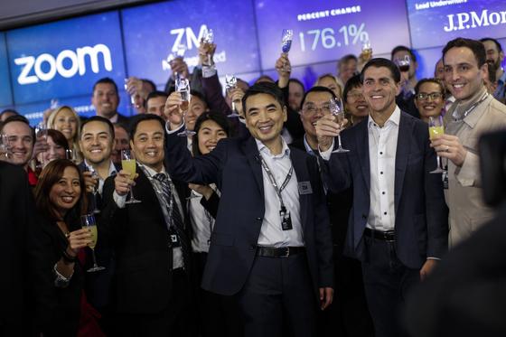 Zoom의 오너인 에릭 위안이 2019년 4월 18일 뉴욕에서 나스닥 상장 기념 건배를 하고 있다. 이 화상형 회의 소프트웨어 회사는 자사의 IPO 가격이 주당 36달러로 예상가치는 92억 달러라고 발표했다. <저작권자 ⓒ 1980-2019 ㈜연합뉴스. 무단 전재 재배포 금지.>
