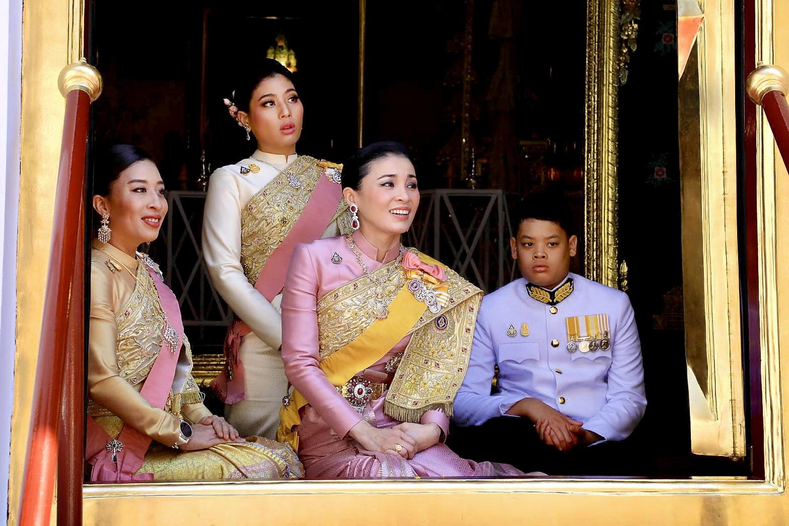태국 국왕의 새 왕비인 수티다 왕비(가운데)가 4일 왕국에서 열린 마하 와찌랄롱꼰(라마 10세) 태국 국왕 대관식에 공주, 왕자들과 참석해 있다. [REUTERS=연합뉴스]