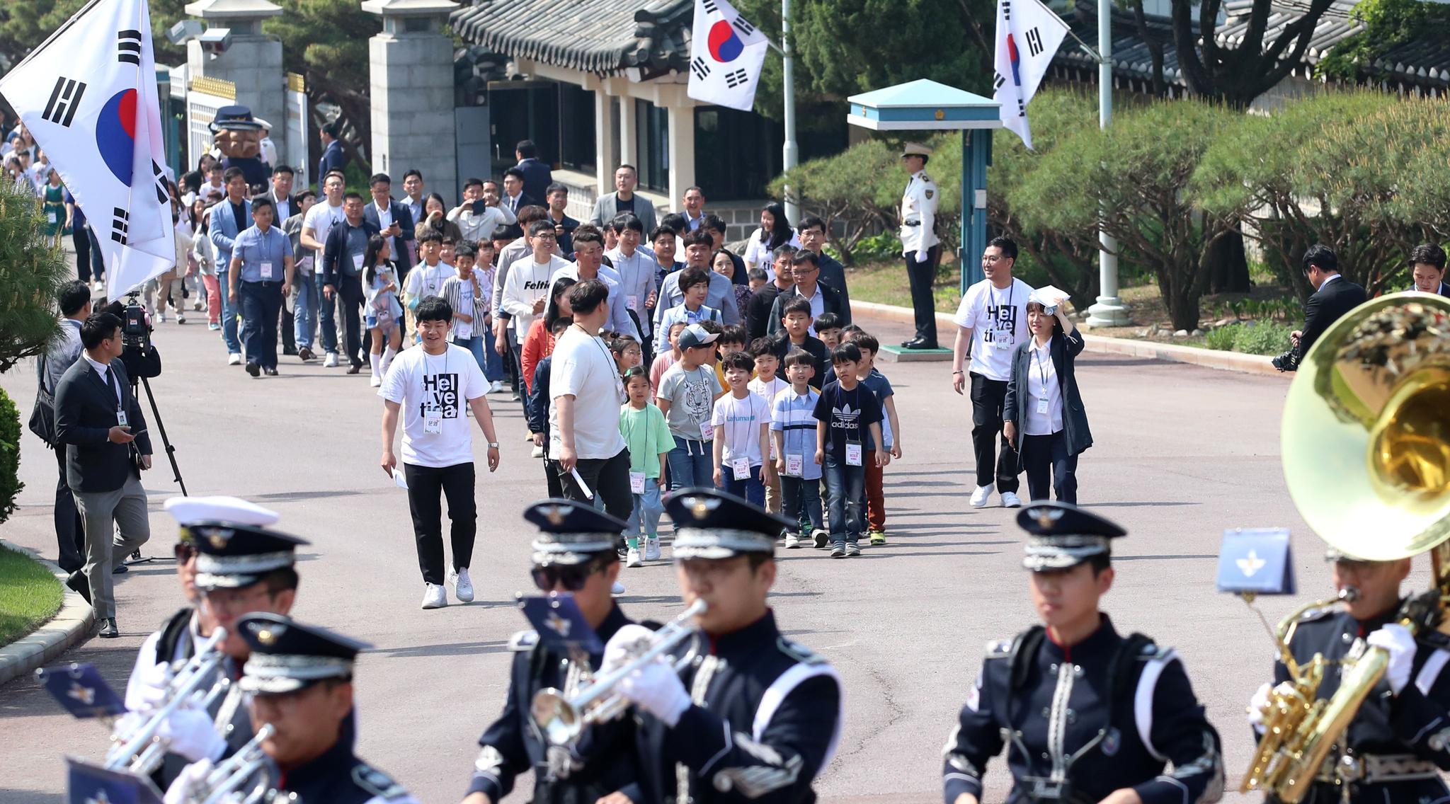 어린이들이 3군 군악대의 연주를 들으며 청와대 본관으로 향하고 있다. 청와대사진기자단