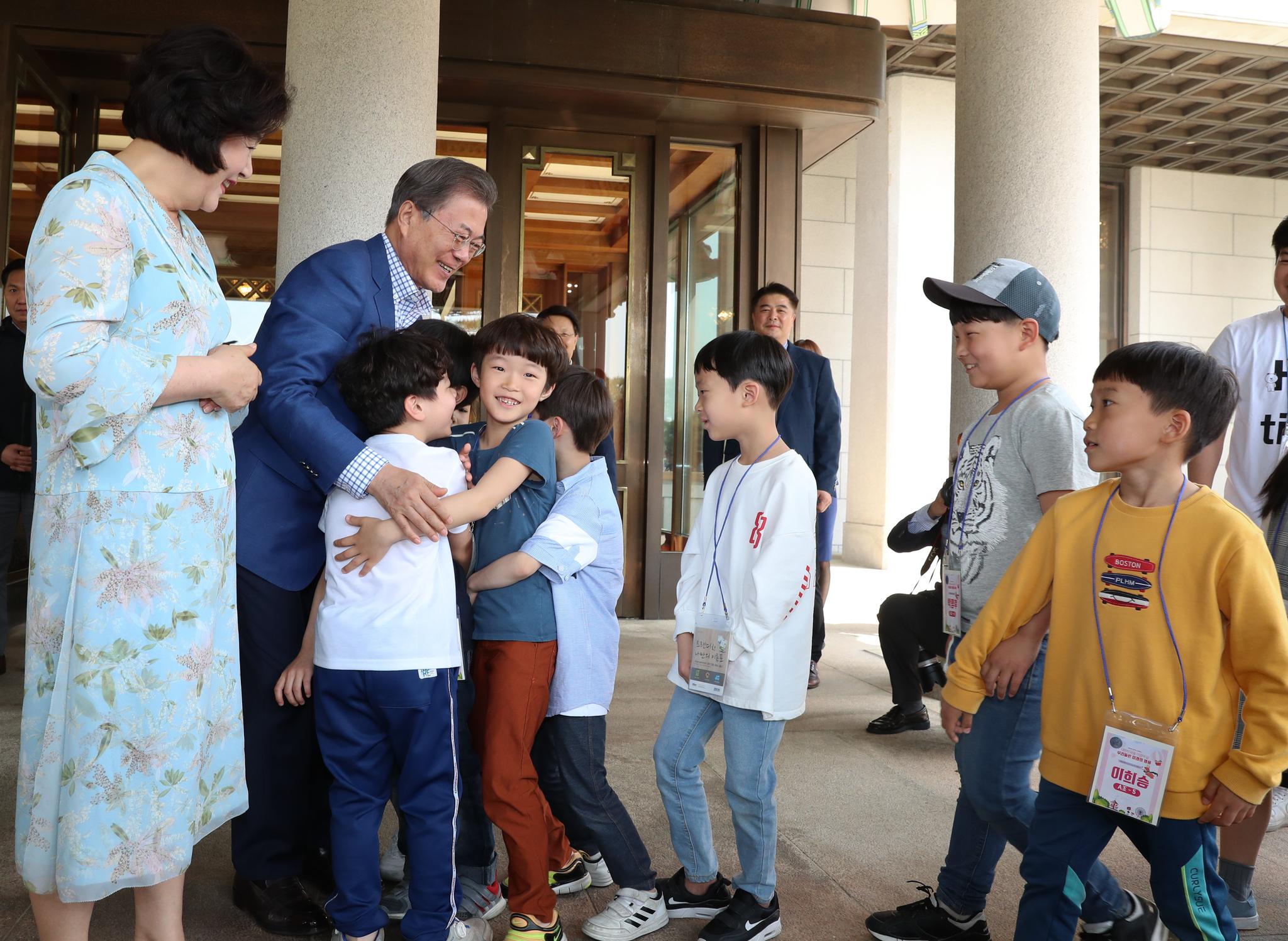 문재인 대통령과 부인 김정숙 여사가 5일 본관 앞에서 어린이들과 인사하고 있다. 청와대사진기자단
