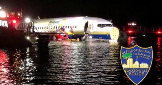 보잉 737 여객기가 3일(현지시간) 미국 플로리다주 잭슨빌에서 착륙하던 중 활주로를 이탈해 세인트존스 강에 빠졌다. [사진 잭슨빌 경찰 트위터]