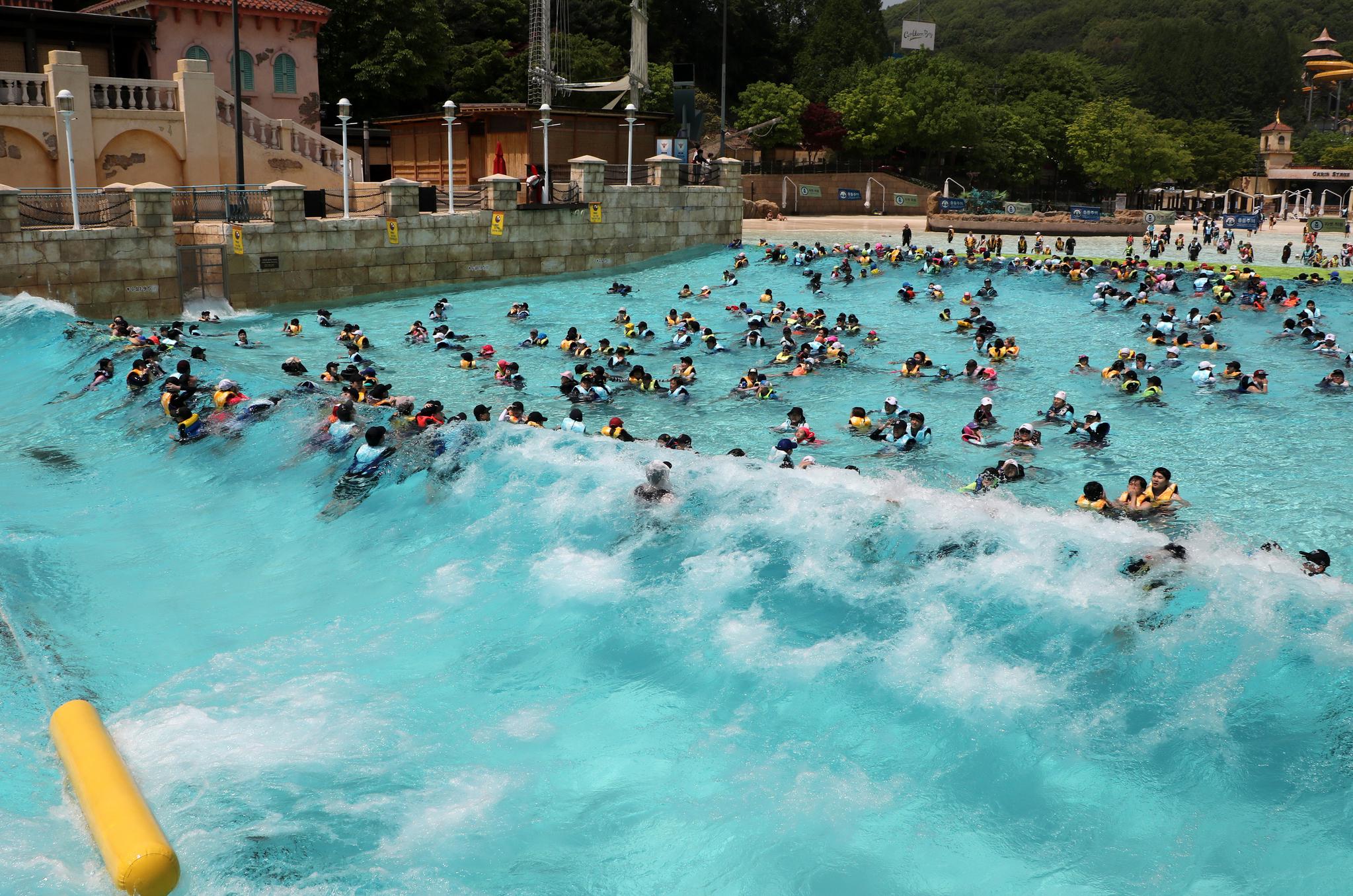 초여름 날씨를 보인 5일 오전 경기도 용인시 처인구 캐리비안 베이를 찾은 시민들이 인공파도풀에서 물놀이를 즐기고 있다. [뉴스1]