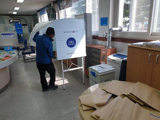지난 3일 오후 전북 군산시 서수면 한 주민이 서수(瑞穗)라는 명칭을 바꾸기 위한 투표에 참여하고 있다. [사진 서수면사무소]