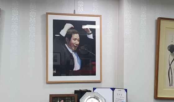 이인영 의원실에 한 켠에는 고 김근태 전 열린우리당 의장의 사진이 걸려 있다. 이 의원은 김 전 의장이 이끌던 민주평화국민연대(민평련)에서 오래 활동했다. 윤성민 기자