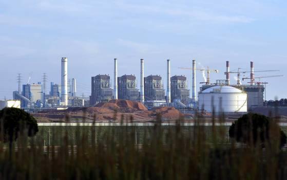 충남 보령시에 위치한 보령석탄화력발전소의 모습. 국제에너지기구(IEA)에 따르면 지난해 OECD 회원국의 천연가스 발전 비중이 처음으로 석탄을 누르고 1위를 차지했다. [중앙포토]