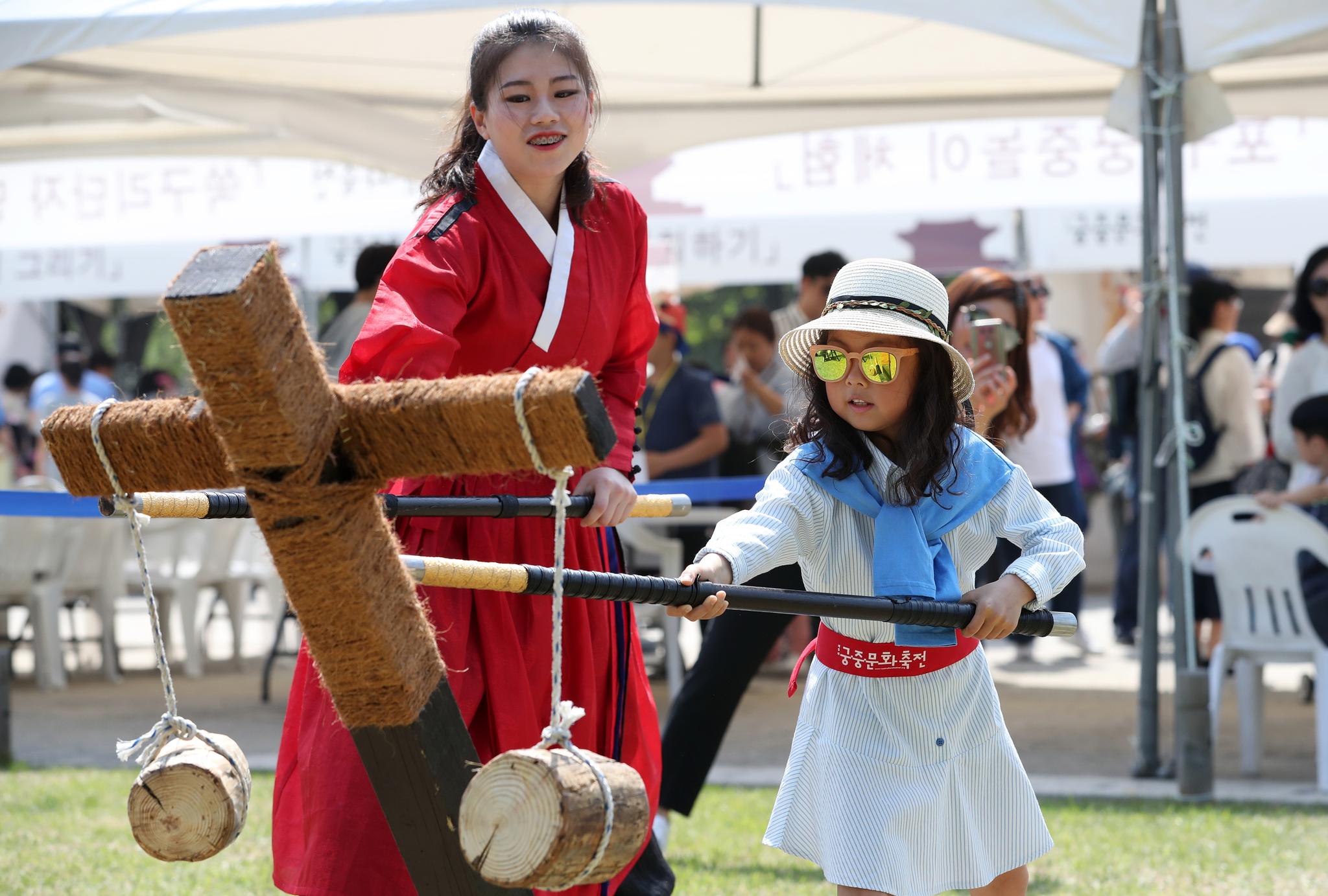 서울 종로구 경희궁에서 열린 어린이 궁중문화축전을 찾은 어린이들이 조선시대 무과체험을 하고 있다. [뉴스1]