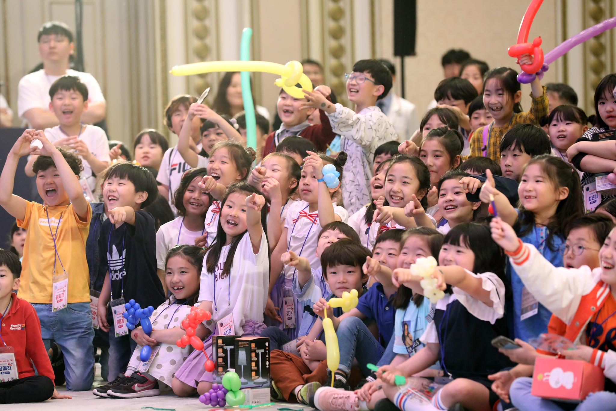 어린이날인 5일 청와대 영빈관에서 열린 '2019년 어린이날 청와대 초청행사'에 참석한 어린이들이 공연을 보며 즐거운 시간을 보내고 있다. 청와대사진기자단