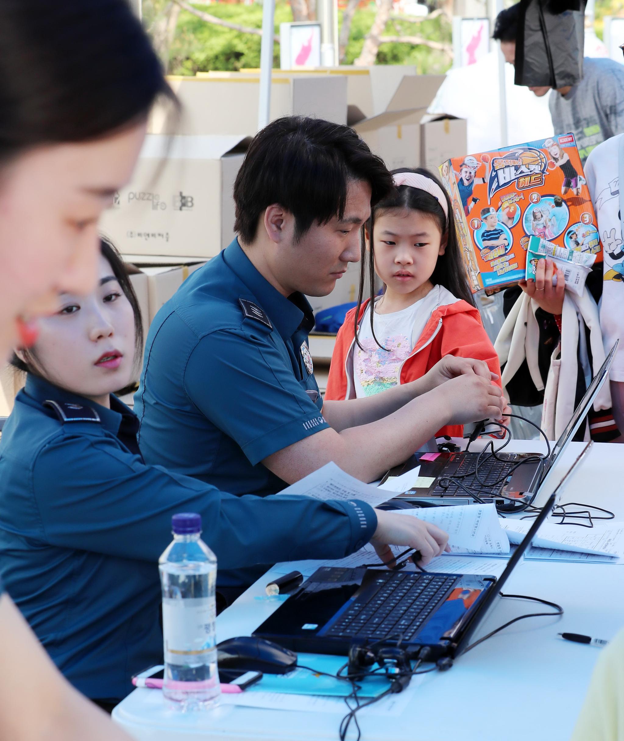 5일 오전 서울 용산 전쟁기념관에서 열린 '어린이날 문화축제'에 참가한 어린이들이 미아방지 지문등록을 하고 있다. [뉴시스]
