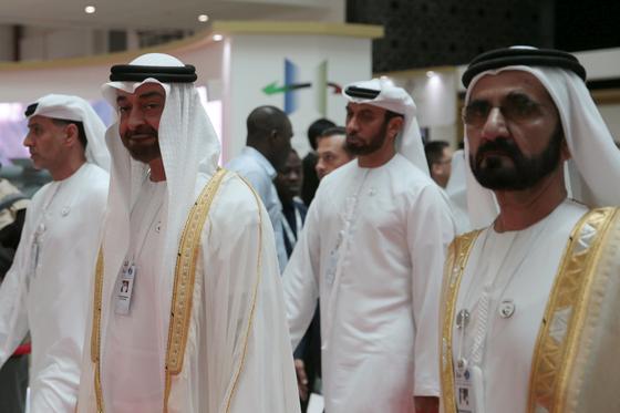 아부다비 왕세제 무함마드 빈 자예드 알 나햔(왼쪽 두번째)과 함단의 아버지인 두바이 군주 무함마드 빈 라시드(맨 오른쪽)가 지난 2월 국제방산전시회에 나란히 참석했다. 두 사람은 현재 UAE를 이끄는 실권자다. [로이터=연합뉴스]