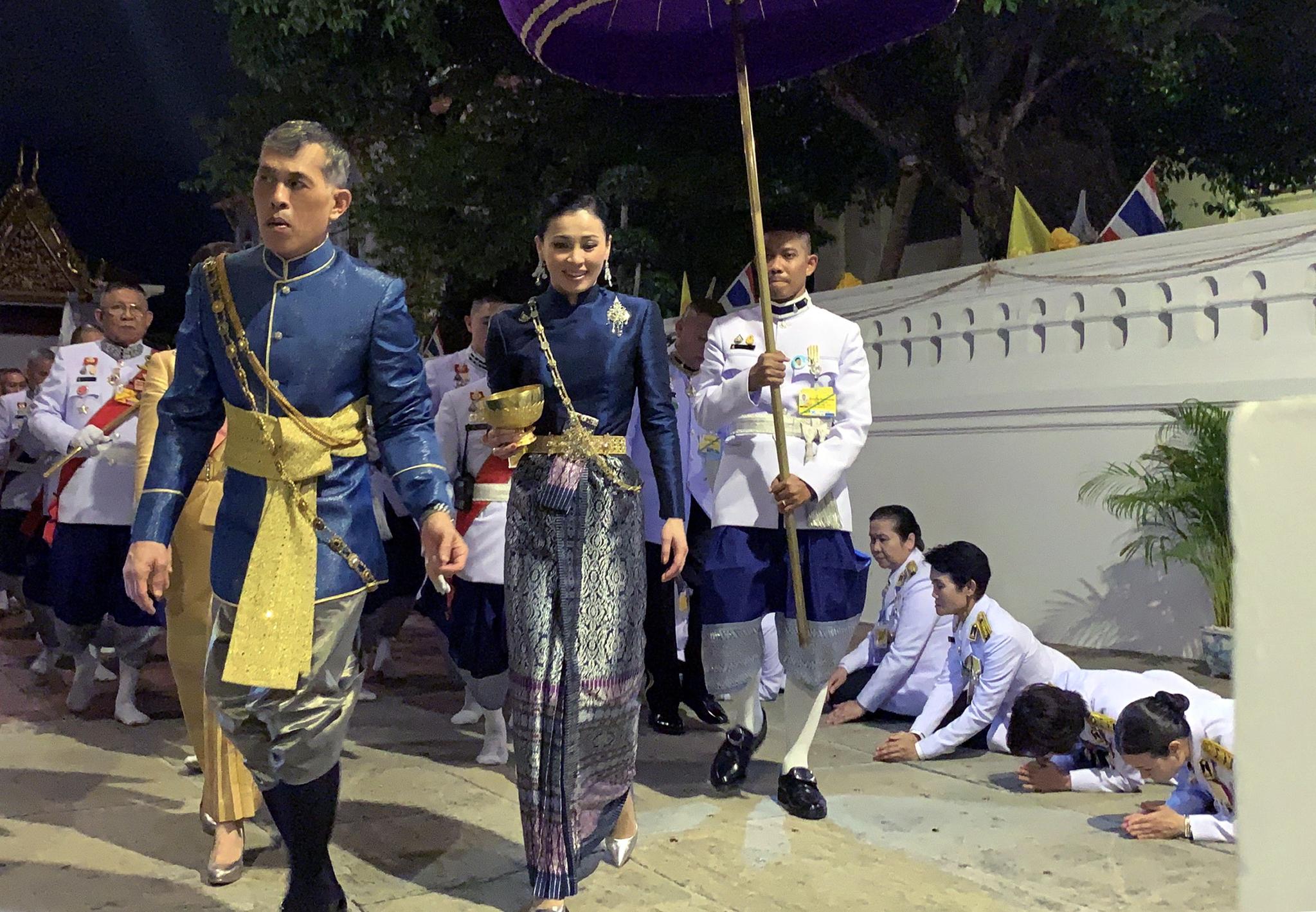 마하 와찌랄롱꼰(라마 10세) 태국 국왕과 수티다 왕비가 4일 대관식에 참석하기 위해 왕국을 이동하고 있다. [EPA=연합뉴스]